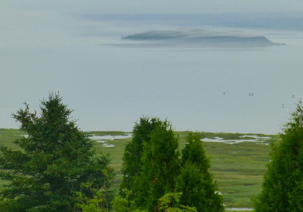 L'île ronde dans la brume